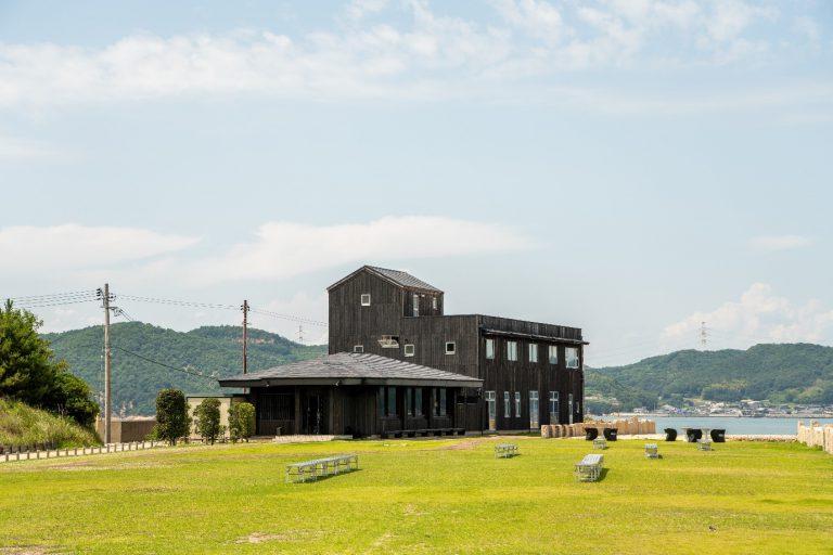 犬島チケットセンターの屋根上に太陽光発電設備を設置 「自然電力のでんき」ご利用者様の電気代の1%を活用